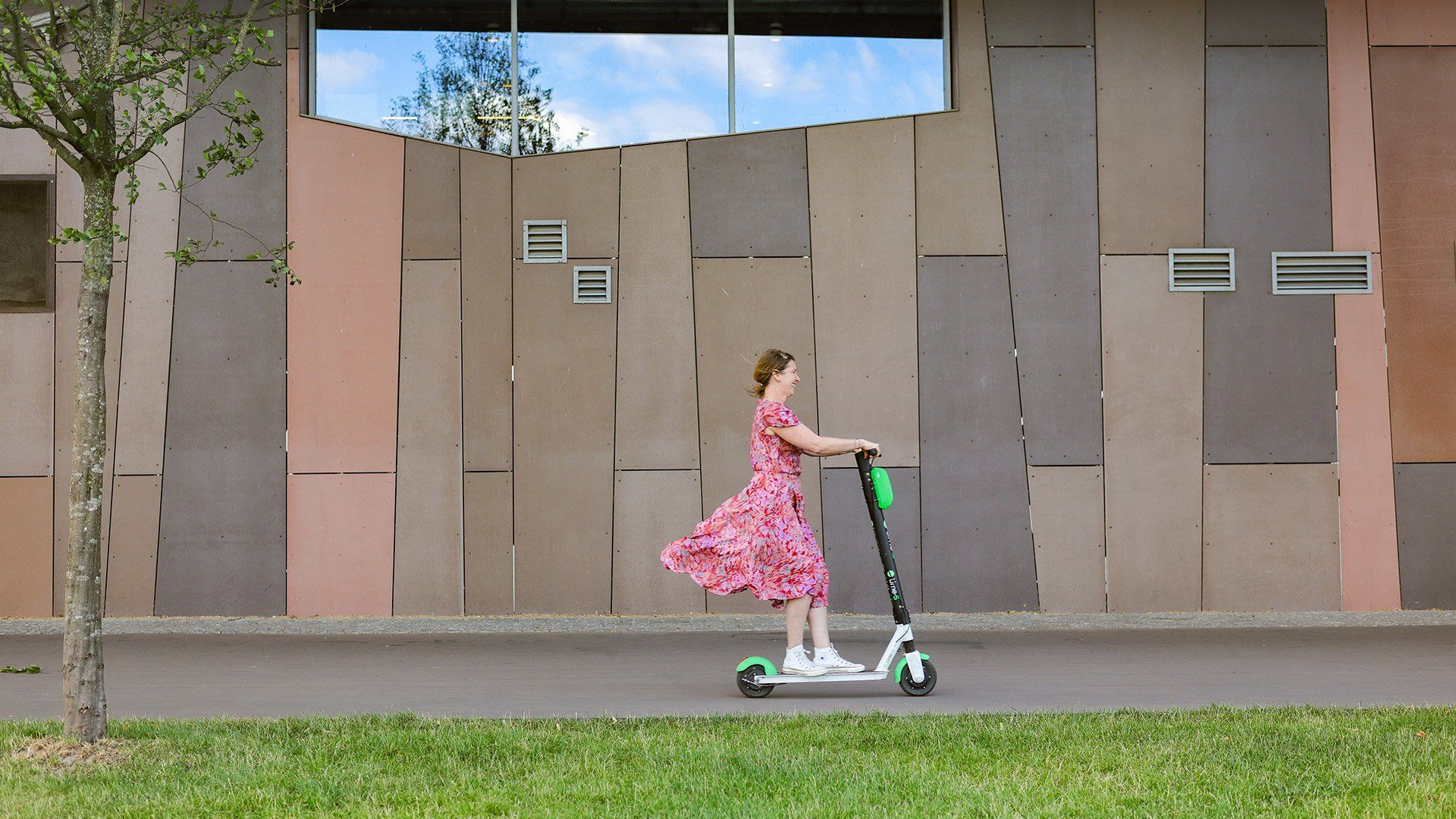 EOS M6 Mark II sample woman riding scooter